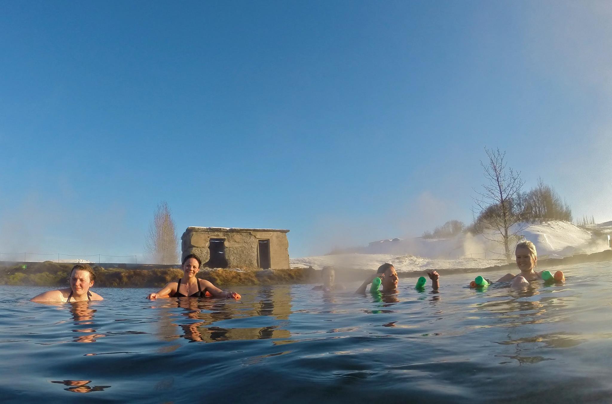 Trudno się nie uśmiechać, wygrzewając się w pięknej Sekretnej Lagunie na Islandii.