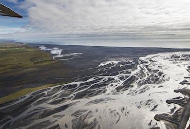 Vol au-dessus du désert Skeiðarársandur et d'un glacier