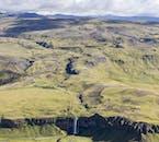 Erlebe den Wasserfall Seljalandsfoss aus einer völlig neuen Perspektive bei einem Rundflug in Island.