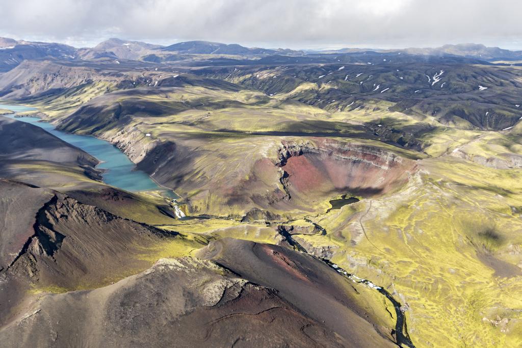 乘坐飞机在高地上空欣赏整个冰岛的广阔野生景观