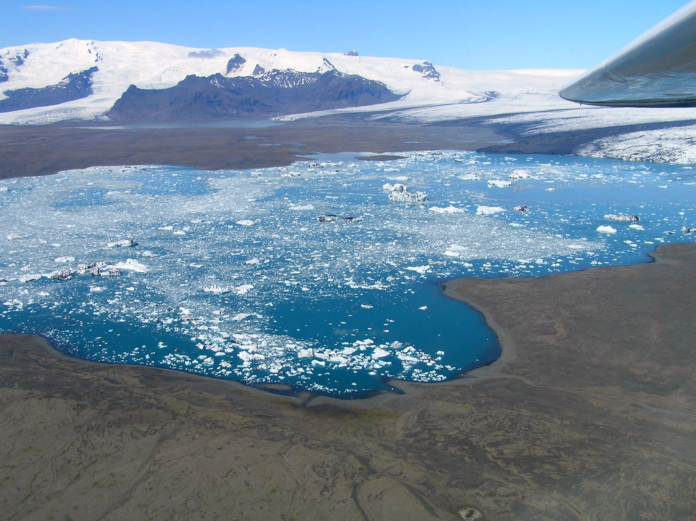 Angesichts des immer größer werdenden Einflusses des Klimawandels nehmen Islands Gletscherlagunen jedes Jahr an Größe zu.
