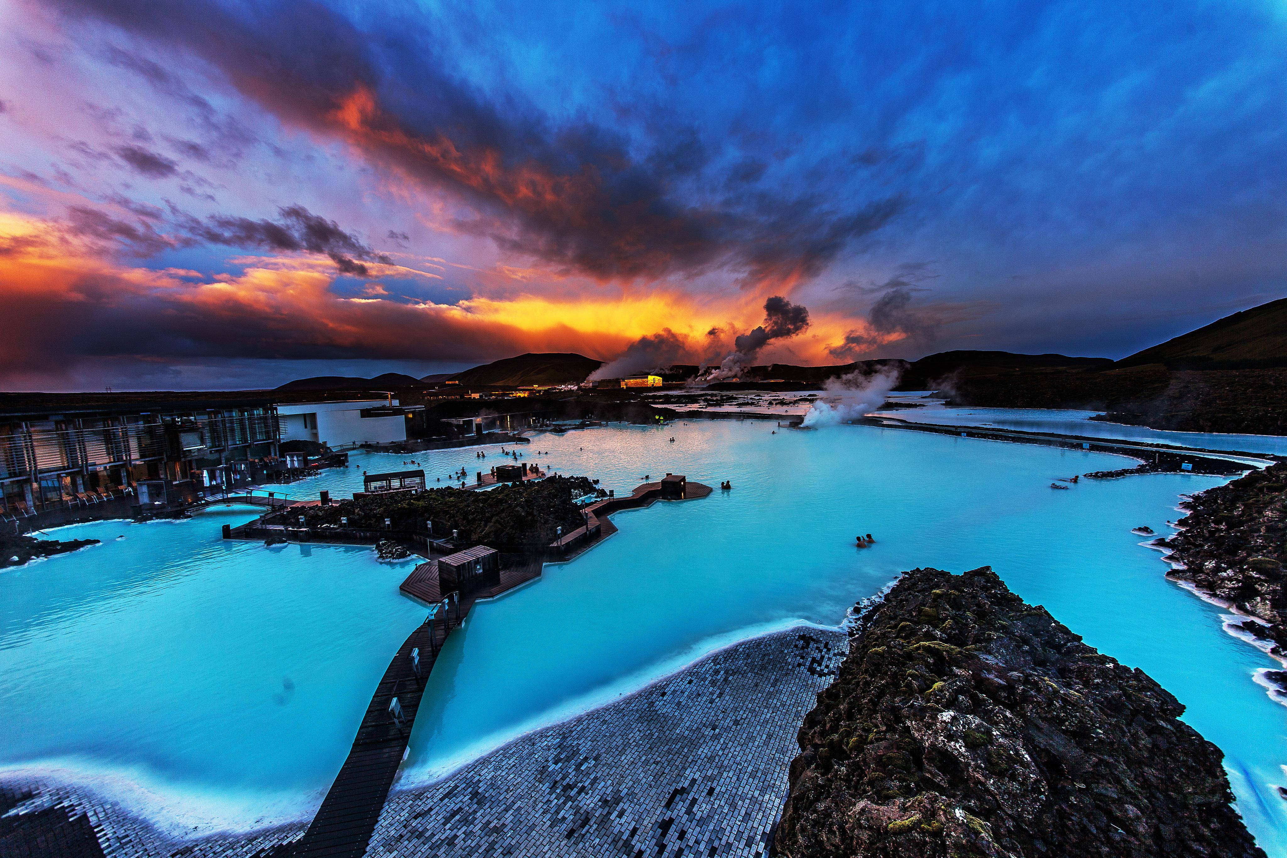 Det geotermiske spaet Den blå lagune lever opp til navnet sitt med det vakre, asurblå vannet.