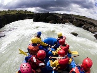 Rafting dans la rivière Hvita au coeur du canyon de Gullfoss