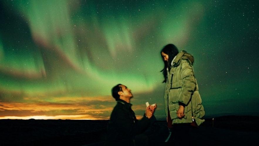 在冰岛的北极光下求婚