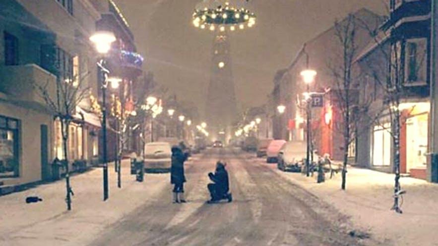 Heiratsantrag unter den Weihnachtsdekorationen in Reykjavik im Dezember