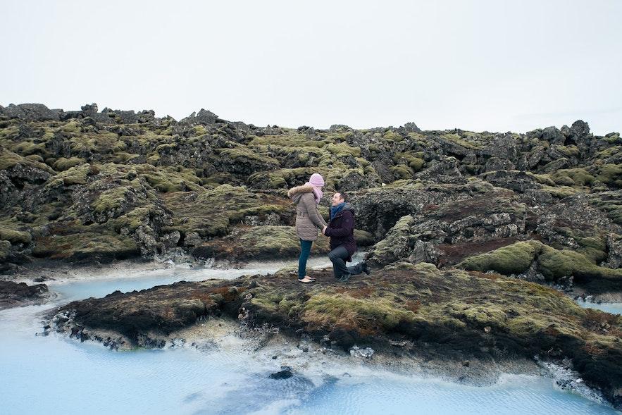 Oświadczyny w Blue Lagoon. Zdjęcie od Arctic Weddings Iceland.
