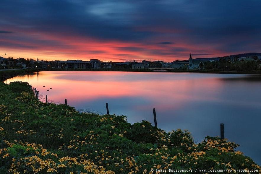 Romantyczny zachód słońca nad Reykjavikiem