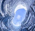 Blauer Himmel über einer kristallblauen Eishöhle in Südisland im Winter.