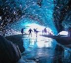Группа путешественников в хрустальной пещере на леднике Ватнайёкюдль, зима, южное побережье Исландии