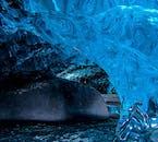 En hiver dans le sud de l'Islande, vous pouvez trouver des grottes de glace bleue d'un autre monde.