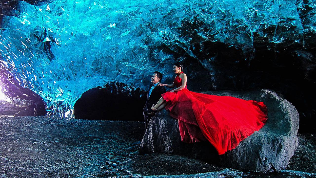 ถ้ำสีฟ้าภายใต้วาทน่าโจกุลทางตอนใต้ของประเทศไอซ์แลนด์ที่เปิดแค่หน้าหนาว ต้องใส่เสื้อผ้าที่เหมาะสมมากกว่าเสื้อผ้าที่สวยงามเหมือนคู่นี้ใส่. ไกด์ของคุณจะบอกคุณเอง.