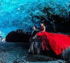 Le grotte di ghiaccio blu sotto Vatnajökull nell'Islanda del Sud, aperte solo in inverno, richiedono vestiti più appropriati di quelli che la coppia indossa qui, come dirà la tua guida.