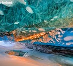 光の加減で違う色に見える氷の洞窟