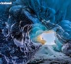 ヴァトナヨークトル氷河にできる氷の洞窟で感動な景色を見ることができます