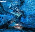 鮮やかなブルーに染まった氷の洞窟