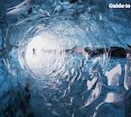 Ein wunderschöner Korridor führt in eine der Eishöhlen im Vatnajökull.