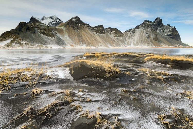 アイスランド山の中でもアイスランド東部のヴェストラホルンの山は特別な雰囲気に包まれている