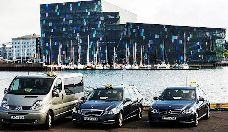 하르파 콘서트 홀 앞에 서 있는 택시의 모습