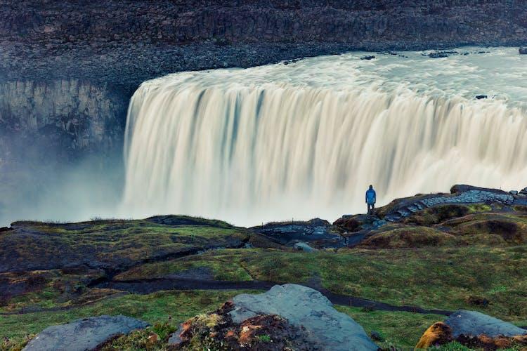 Wakacje na Islandii koniecznie powinny zakładać wizytę przy potężnym wodospadzie Dettifoss.