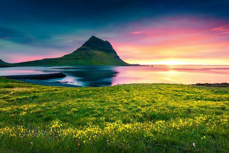 水平線に沈む太陽とキルキュフェルの山は、風景写真家にとって一度は撮影してみたいシーン