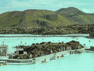 大名鼎鼎的蓝湖温泉位于冰岛雷克亚内斯半岛