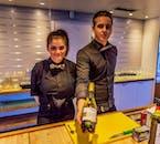 Barmans amicaux divertissant lors d'une croisière du Nouvel An en Islande.