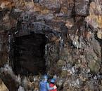 ロイヴァルホゥルスヘットリル洞窟内部には氷柱がある