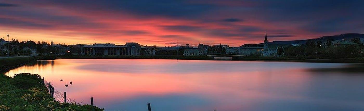 L'étang et l'hôtel de ville de Reykjavik