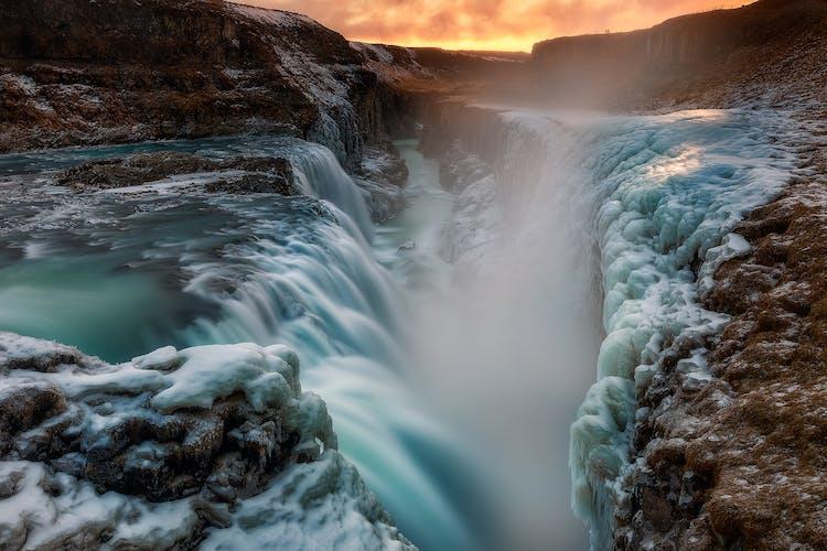 黄金の滝と呼ばれるグトルフォスの滝が、凍てつくアイスランドの大地を勢いよく流れ落ちる