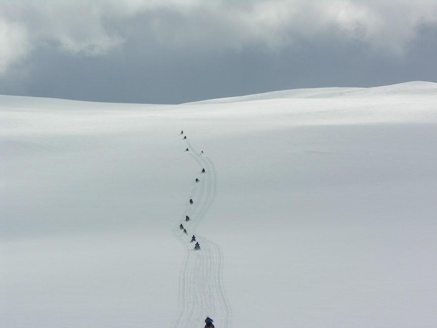 Катание на снегоходах по леднику Лангйокудль в Исландии.