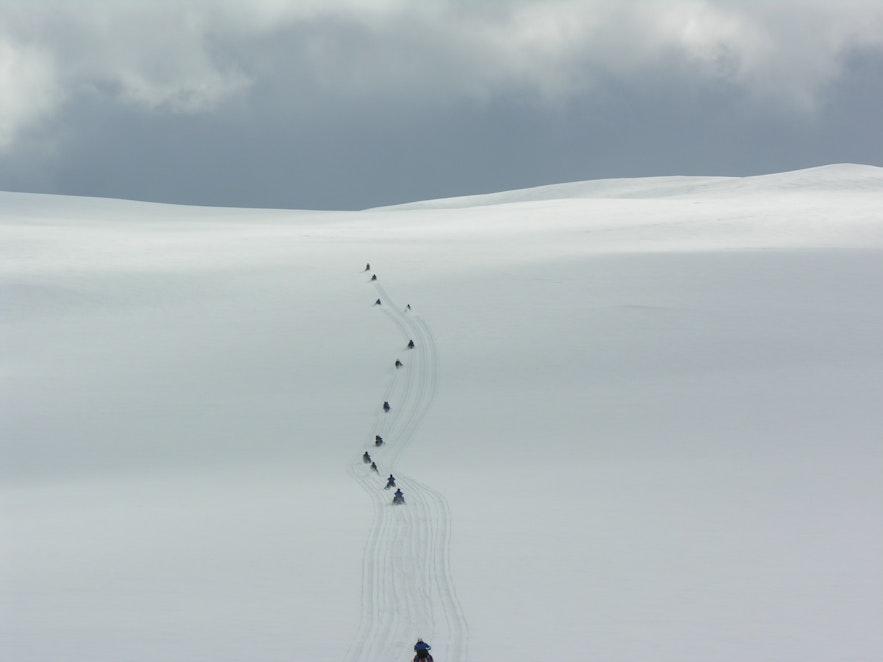 Snöskoter över glaciären Langjökull på Island