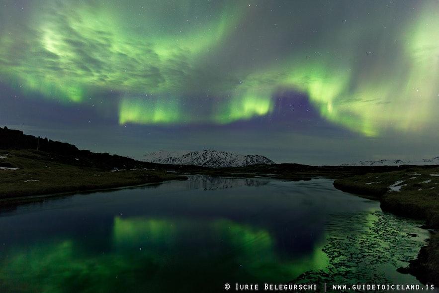 Pemandangan aurora di Islandia