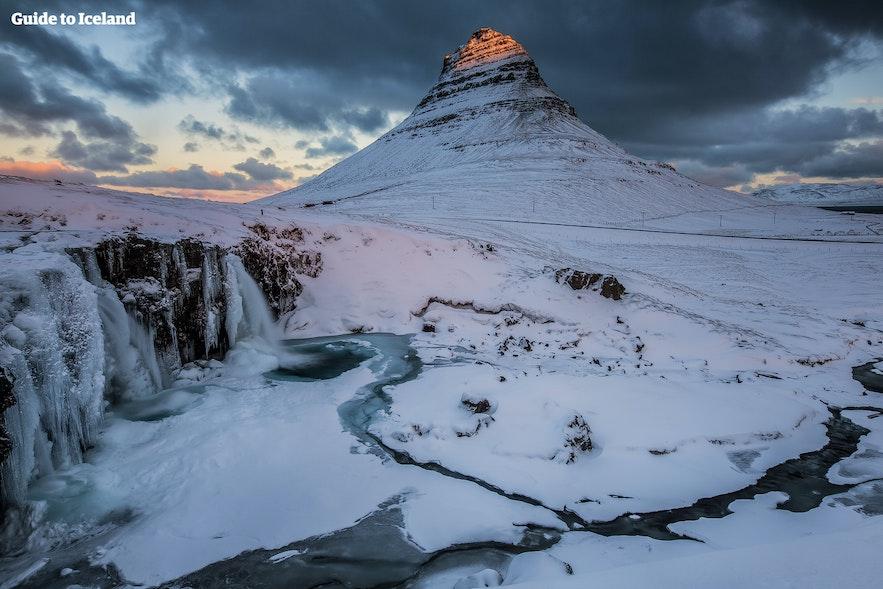 Gunung Kirkjufell di Snaefellsnes Peninsula pada musim dingin
