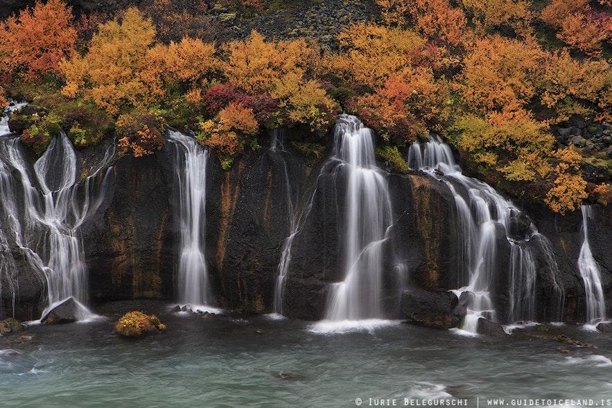 Air terjun Hraunfossar di Islandia Barat pada musim gugur