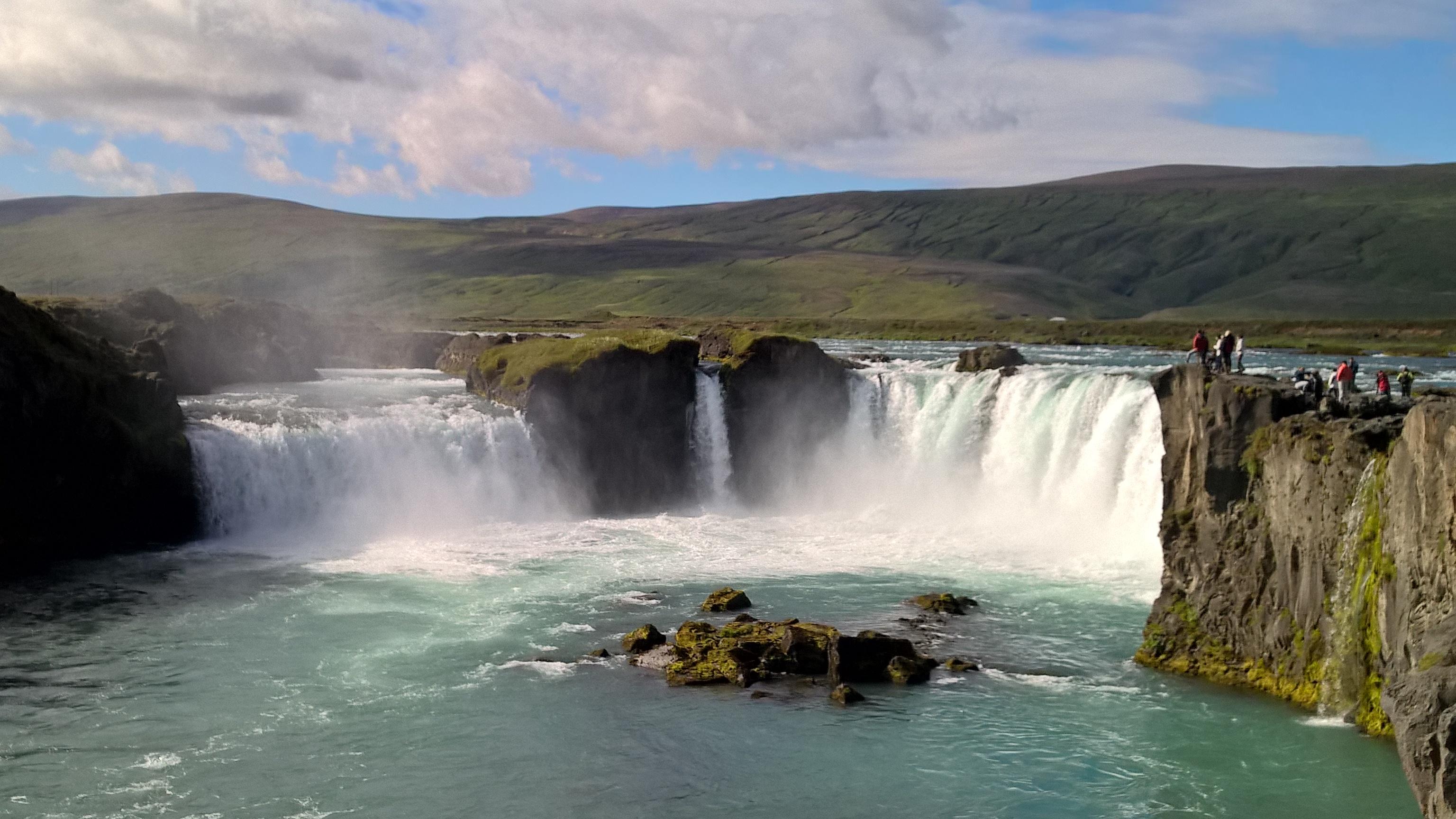 アイスランドで最も美しい滝の一つ、ゴーザフォスの滝は北アイスランドにある
