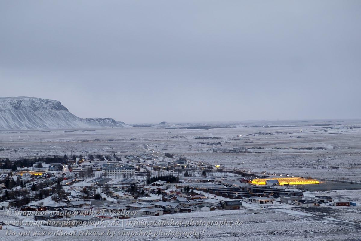 Gelb leuchten die mit Erdwärme betrieben Gewächshäuser in der Stadt Hveragerði