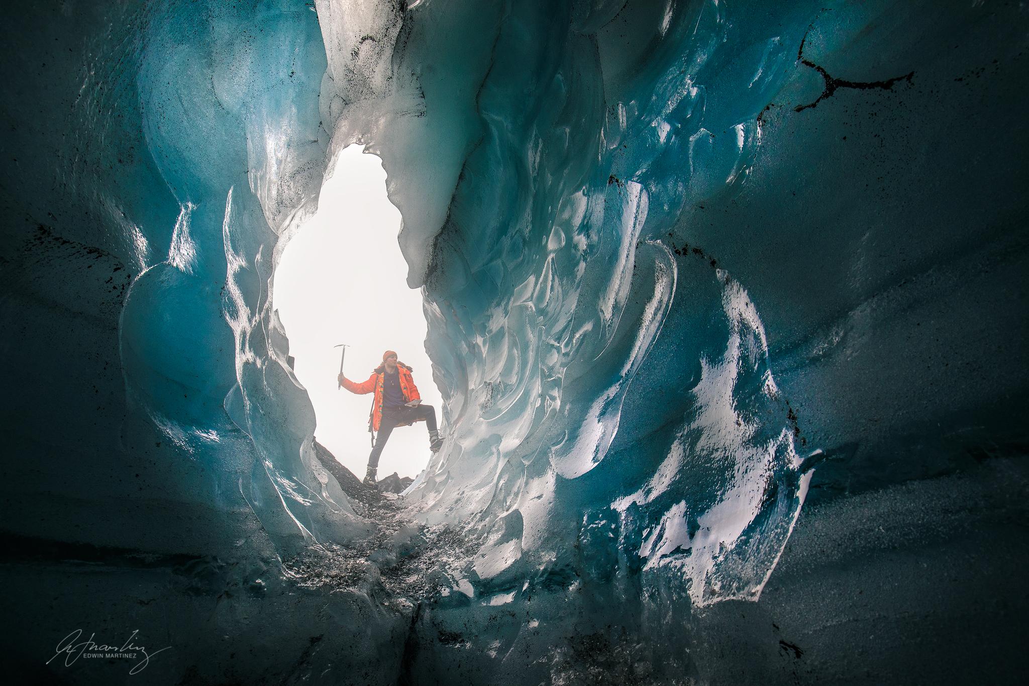 氷河にできたトンネル状の穴