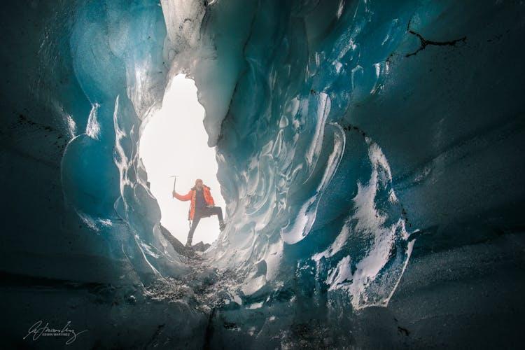 Der Blick aus dem Inneren einer Eishöhle.