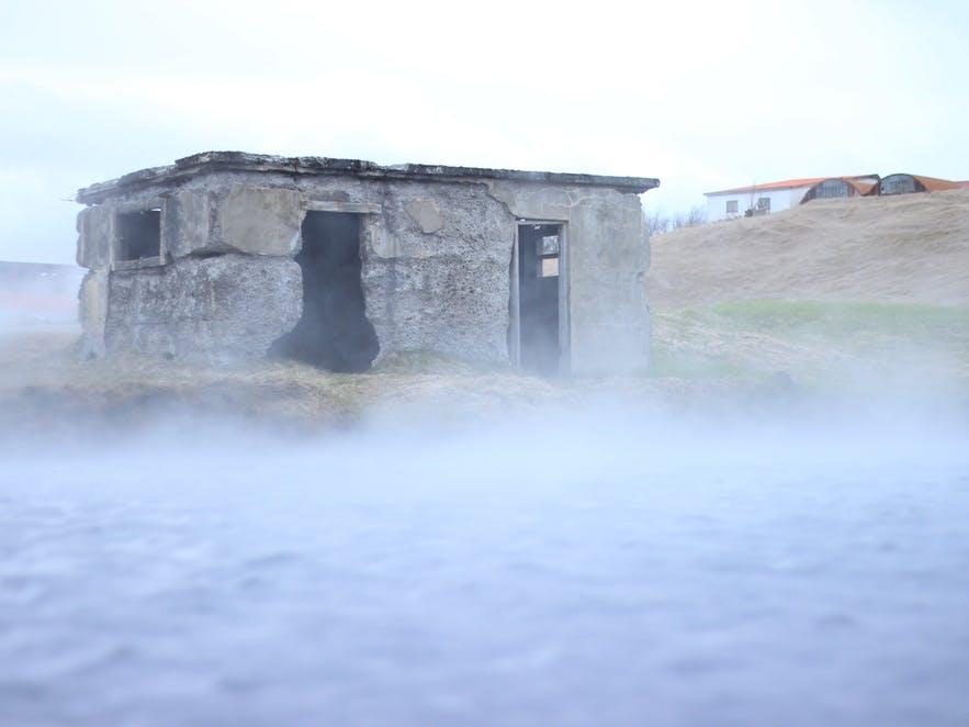 aller à une source chaude est un moyen commun pour prendre une douche lors d'un voyage camping en Islande