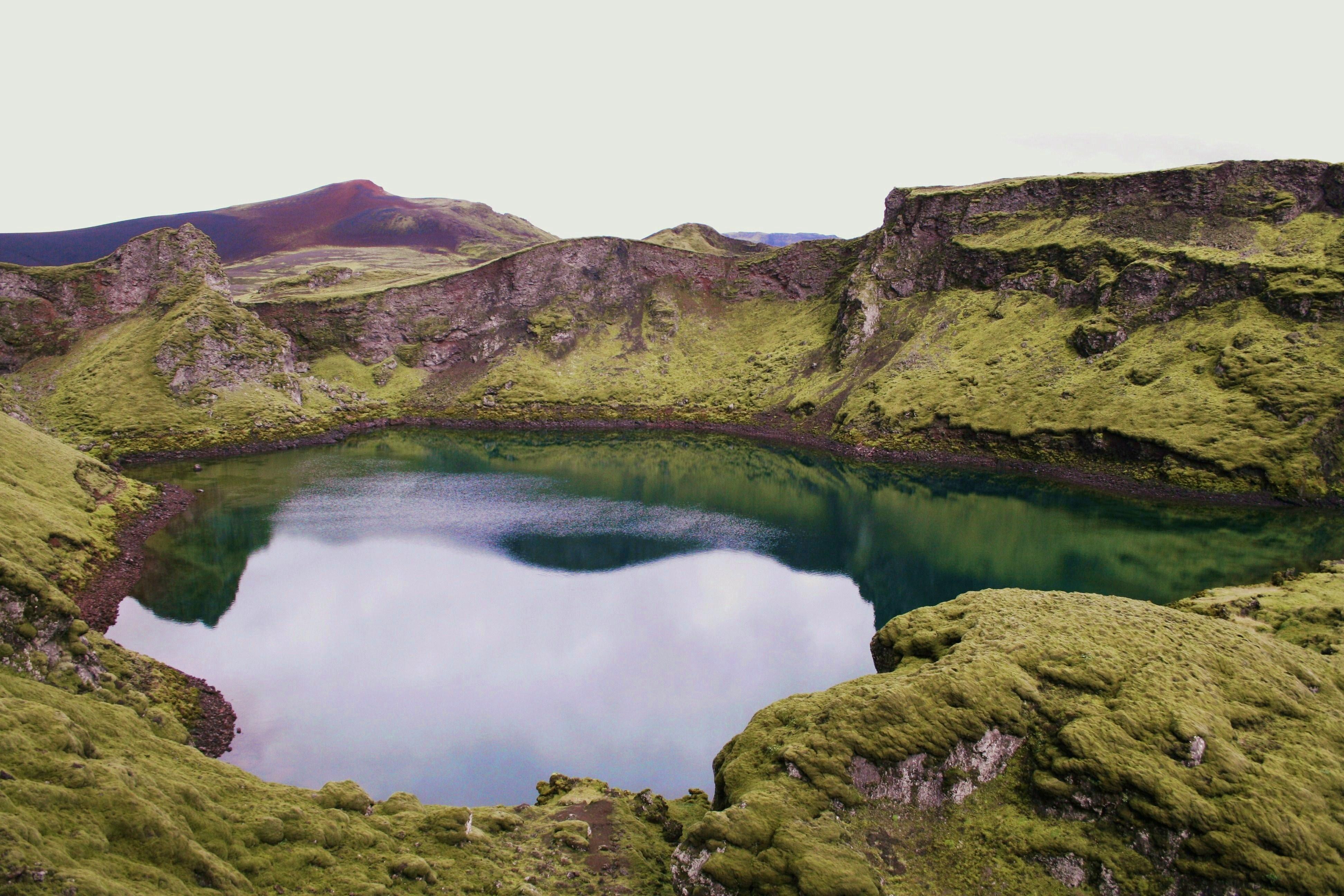 De nombreux cratères islandais sont en fait des lacs de cratères, remplis toute l'année d'eaux bleues.