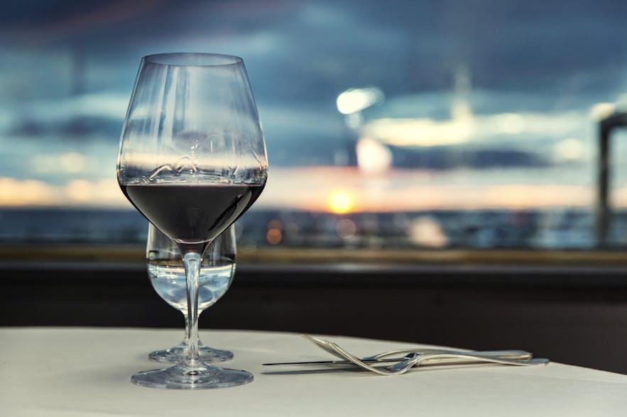그릴드 레스토랑에서 레이캬비크의 전망을 바라보며 즐기는 저녁식사