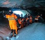 Bei einer Schneemobilfahrt zu einer Eishöhle in Island lernst du eine gefrorene Wunderwelt auf dem Gletscher kennen.
