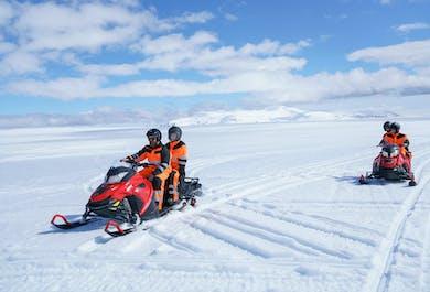 レイキャビク発日帰りツアー|スノーモービルと白い氷の洞窟