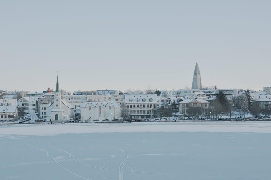 冬季结冰的冰岛雷克雅未克托宁湖