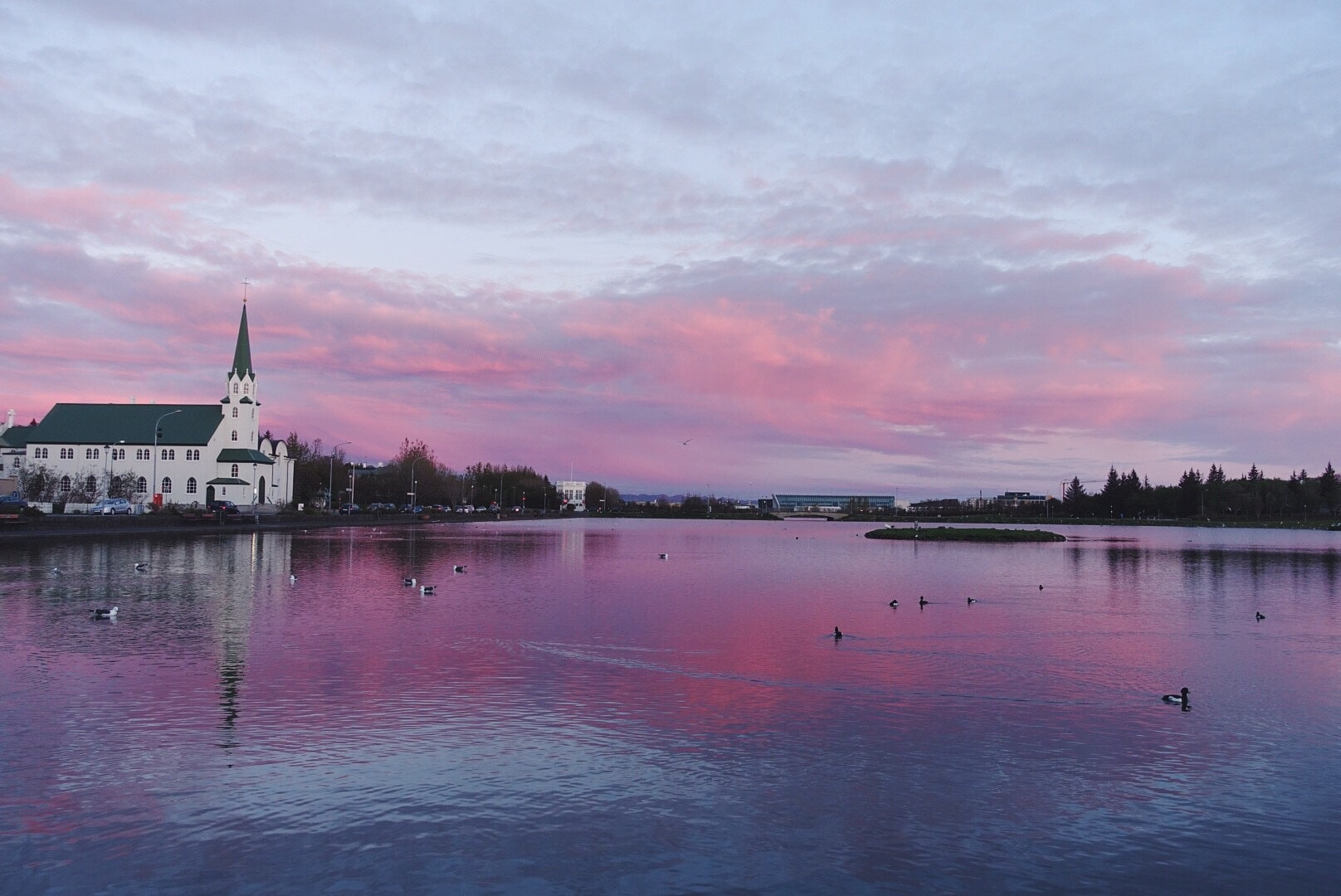 夏季午夜阳光下的冰岛雷克雅未克托宁湖
