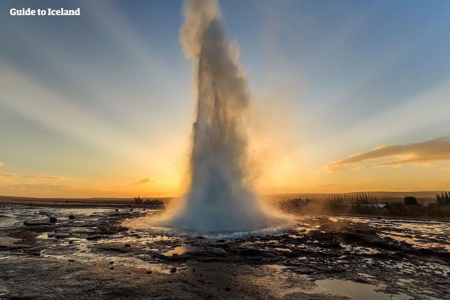 Le geyser Strokkur visible lors de la visite du Cercle d'Or