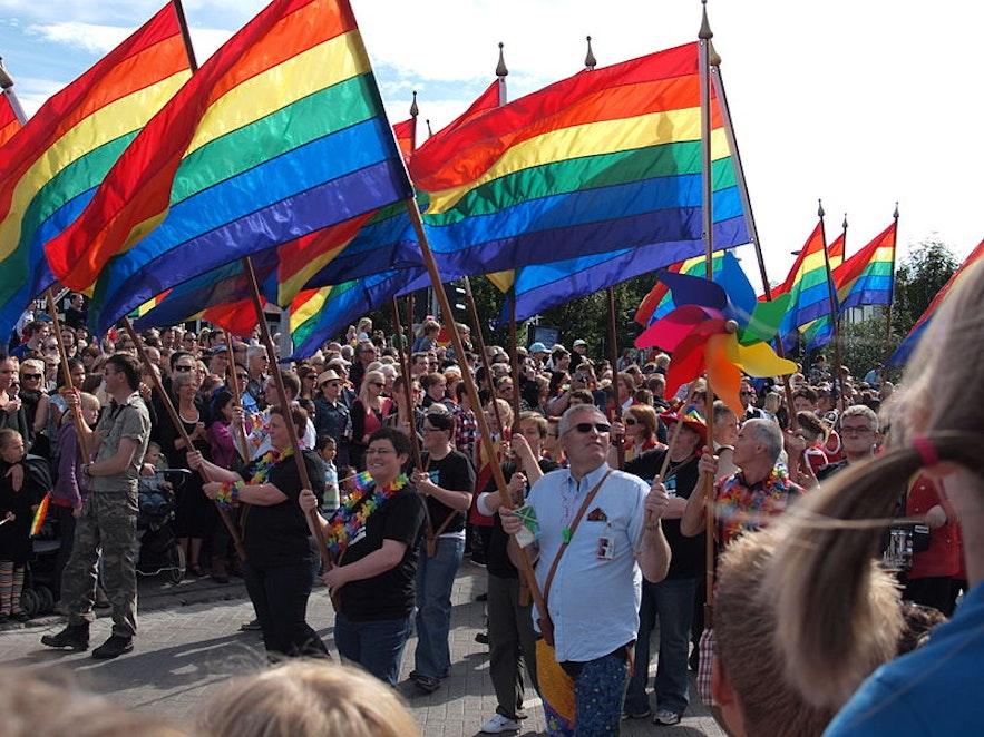 다양한 사람들이 모여 레이캬비크 중심가에서 프라이드 퍼레이드에 참여하며 성소수자에 대한 존중과 지지를 보여줍니다.