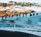 Bei einer Gletscherwanderung in Island erlebst du die Energie des Gletschers hautnah.