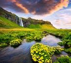 美しい景色に囲まれたセリャラントスフォスの滝