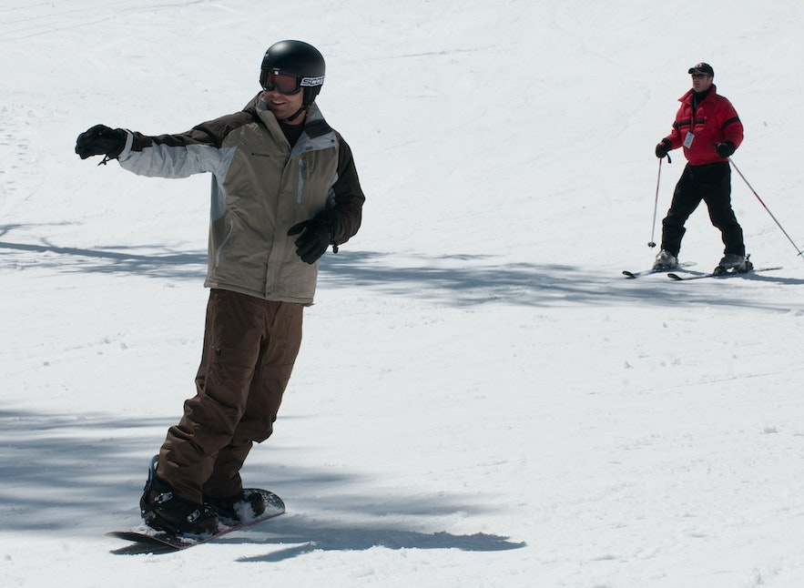 Skiing and snowboarding require different skills. For beginners, choose one and dedicate yourself to the basics!